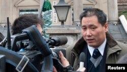 浦志强在重庆法庭外接受媒体采访(资料照片)