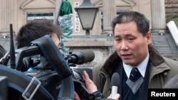 Pengacara HAM China Pu Zhiqiang (kanan) saat memberi keterangan kepada wartawan di depan pengadilan di Chongqing (Foto: dok). Pu Zhiqiang ditahan pemerintah China, Selasa pagi (6/5) atas tuduhan menciptakan gangguan di negara itu.