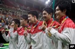 8일 브라질 리우올림픽 남자 체조 단체전에서 일본 국가대표팀이 금메달을 차지했다. 오른쪽부터 가토 료헤이, 시라이 겐조, 다나카 유스케, 우치무라 고헤이, 야마무라 고지.