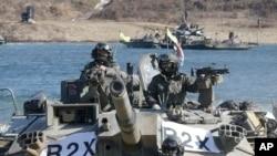 12일 경기도 남한강 일대에서 실시된 연례 호국훈련에 참가한 K-1 전차가 강을 건너고 있다.