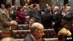 Republikanski guverner Skot Voker (centar) zadovoljan izglasanim predlogom zakona kojim se državnim službenicima oduzima veliki broj prava koja su im do sada garantovali sindikati