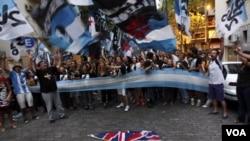 La agrupación Juventud Peronista protestó este jueves contra la llegada del príncipe Guillermo a Malvinas.