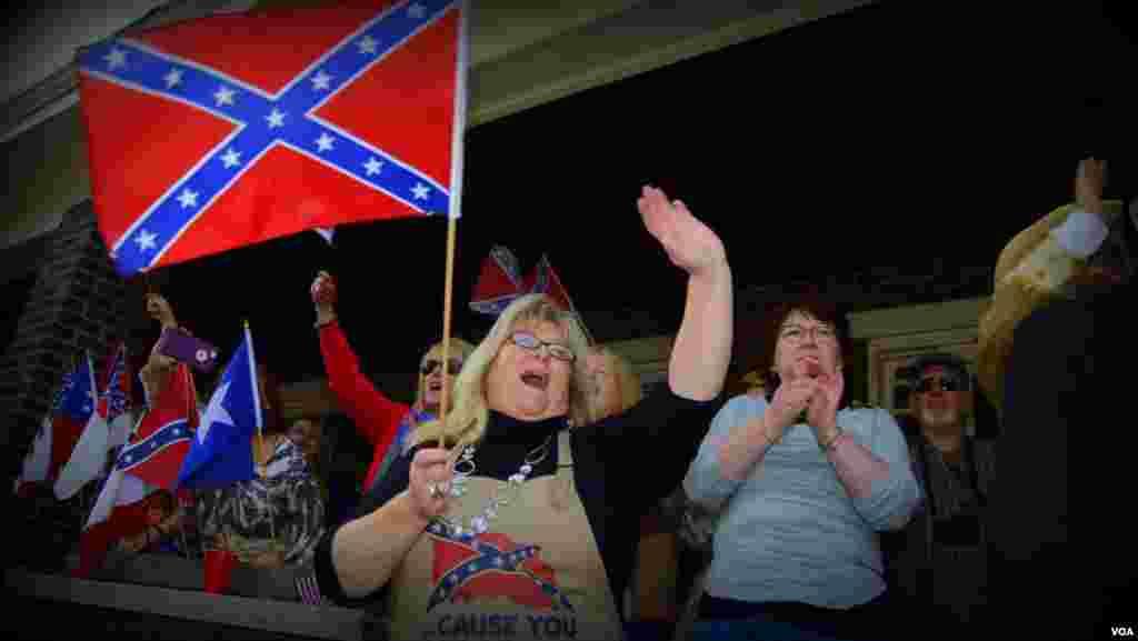 С флагами Конфедерации