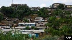 Une vue générale des maisons endommagées construites dans une zone inondable dans le quartier d'Attecoube à Abidjan, le 20 juin 2018.
