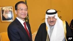 사우디아라비아를 방문해 리야드에서 나예프 빈 압둘 아지즈 왕세제와 악수를 나누는 원자바오(좌) 중국 총리