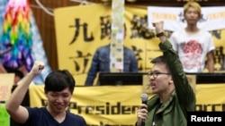 在立法院长王金平率领朝野议员与占领立法院的抗议学生会面后,学生领袖在立法院内领头呼喊口号。(2014年4月6日)