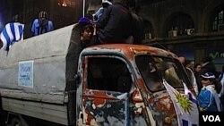 En la avenida 18 de julio, los coches se convirtieron en carrozas de desfile con personas subidas a los techos celebrando.