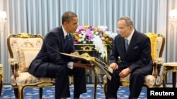 Barak Obama con el rey táilandes Bhumibol Adulyadej en el inicio de la gira por el sudeste asiático.