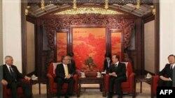 Ліворуч: Президент Філіппін Беніньо Акіно під час зустрічі з президентом Китаю Ху Цзіньтао