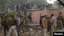22일 인도 뉴델리 공항 외곽에서 소형 군용기가 추락해 탑승자 전원이 사망했다. 보안 요원들이 사고 현장을 수색하고 있다.