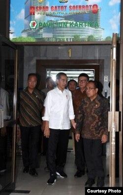 Presiden Joko Widodo Kamis siang (10/10) menjenguk Menkopolhukam Wiranto di RSPAD Gatot Subroto, Jakarta. (Foto cortesy: Setpres RI)