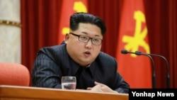 북한 '수소탄 시험 성공' 핵과학자 등에 대한 '당 및 국가 표창' 수여식이 12일 노동당 중앙위원회 사무실에서 열렸다고 노동신문이 13일 보도했다. 김정은 국방위원회 제1위원장이 수여식에서 발언하는 모습이다.