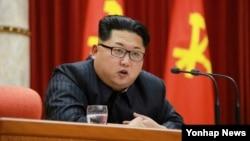 북한 '수소탄 시험 성공' 핵과학자 등에 대한 '당 및 국가 표창' 수여식이 12일 노동당 중앙위원회 사무실에서 열렸다고 노동신문이 지난 13일 보도했다. 김정은 국방위원회 제1위원장이 수여식에서 발언하는 모습.