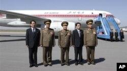 Delegasi Korea Utara yang dipimpin oleh Choe Ryong Hae, pemimpin Biro Politik Korea Utara (KPA) (tengah), berpose sejenak di bandara Pyongyang sebelum bertolak ke China untuk kunjungan dua hari (22/5). Delegasi ini telah mengakhiri kunjungannya ke China setelah melakukan serangkaian pertemuan dengan para pejabat setempat.