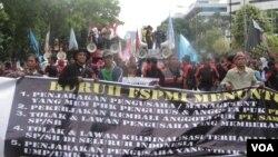 Ribuan buruh menggelar aksi unjuk rasa di depan Kedubes Korea Selatan dan Jepang di Jakarta, Rabu (5/12). (Foto:VOA/Andylala)