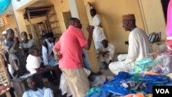 Wani dan kasuwa mai saida takalma,an kona masa rumfa alokaci da 'yan Boko Haram suka kona kasuwa