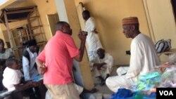 Wani dan kasuwa mai saida takalma,an kona masa rumfa alokaci da 'yan Boko Haram suka kona kasuwar a Maiduguri, 26 ga Mayu.