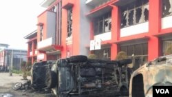 Sejumlah kendaraan bermotor yang dibakar ratusan narapidana tampak di depan Lapas Narkotika Klas III Langkat di Sumatera Utara, Kamis (16/5). (VOA/Anugrah Andriansyah)