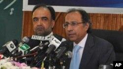 وفاقی وزیرخزانہ حفیظ شیخ اور وفاقی وزیراطلاعات قمر زمان کائرہ پریس کانفرنس کررہے ہیں