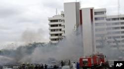 Des sapeurs-pompiers en action après l'explosion du 16 juin à Abuja