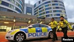 Polisi Inggris siaga di depan Rumah Sakit Queen Elizabeth di Birmingham, di mana remaja Pakistan Malala Yousafzai sedang mendapat perawatan (15/10).