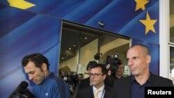 Menteri Keuangan Yunani Yanis Varoufakis (kanan) meninggalkan kantor pusat Komisi Eropa di Brussels (5/5). (Reuters/Yves Herman)