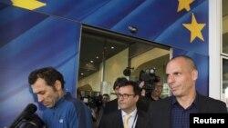 Bộ trưởng Tài chính Hy Lạp Yanis Varoufakis (phải) rời khỏi trụ sở Ủy ban Châu Âu tại Brussels, ngày 5/5/2015.