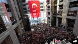 1일 터키 이스탄불에서 인질극으로 사망한 메흐메트 셀림 키라즈 검사의 장례식이 거행되고 있다.