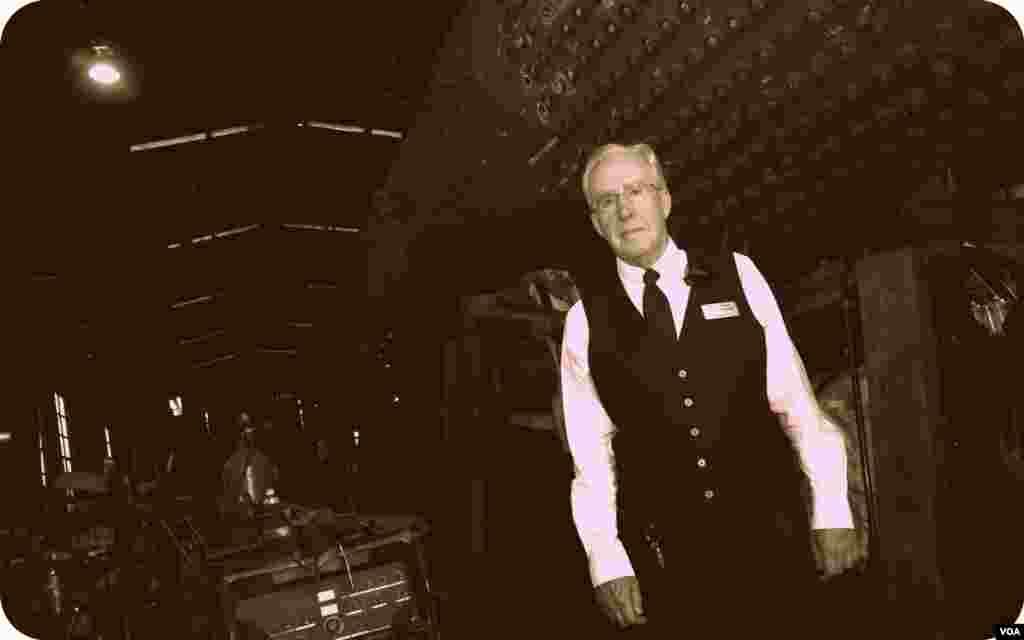 Кондуктор Джон Хэнки в депо у старого паровоза