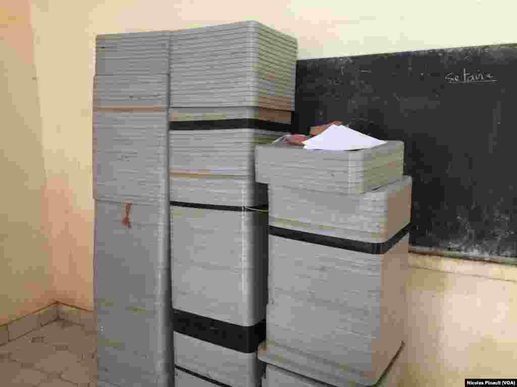 Des urnes pour le scrutin du 21 février sont stockées à la mairie du 5e arrondissement de Niamey. (VOA/Nicolas Pinault)