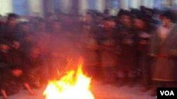寧嘉本自焚情景(資料照片;當地民眾向美國之音藏語組提供;照片經裁剪)