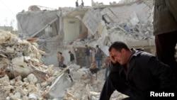 23일 시리아 알레포에서 전날 정부군의 스커드 미사일공격으로 파괴된 지역의 주민들이 망연자실하고 있다.