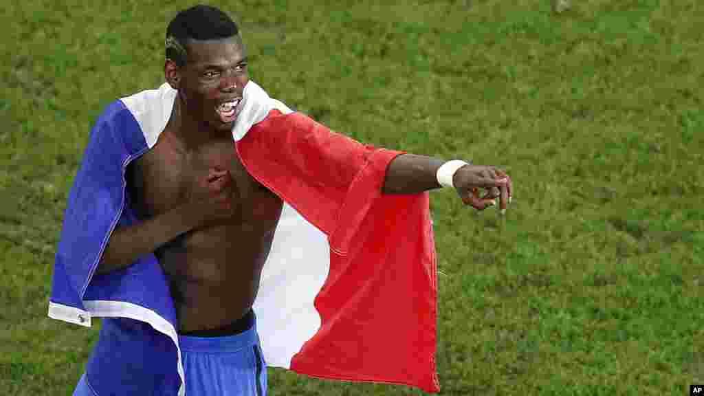 Paul Pogba célèbre après que la france a gagné un match de demi-finale face à l'Allemagne au stade Vélodrome à Marseille, le 7 juillet 2016.
