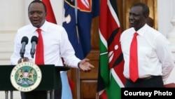 Le président kényan Uhuru Kenyatta, à gauche, et son vice-président William Ruto, à droite, parlent aux journalistes à la Maison Blanche, Nairobi