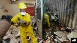 Radnici u Najrobiju istovaruju elektični otpad iz kontejnera
