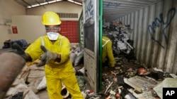 Працівники розвантажують і сортують елетронне сміття в Найробі, Кенія. 18 серпня 2014 р.