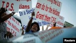 Ayisyen nan Florid kap manifeste pou TPS. (Foto: REUTERS/Carlos Barria).