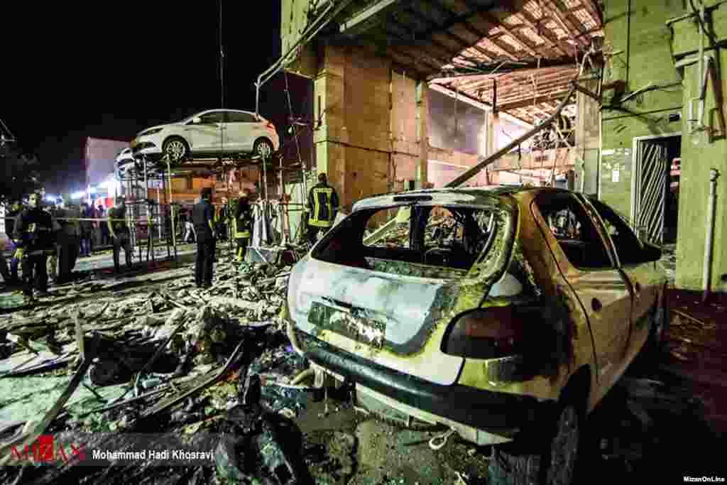 در اثر انفجار، پارکینگ فروشگاه هایپر شهر شيراز واقع در بلوار نصر در آتش سوخت. عکس: محمد هادی خسروی