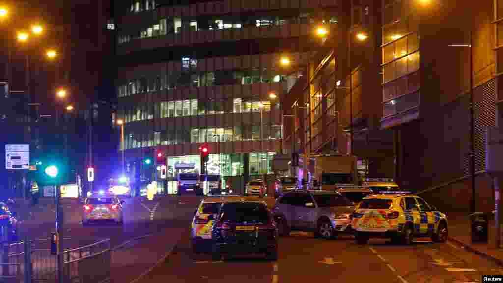 Les véhicules de la police sont visibles à l'extérieur de la Manchester Arena, en Grande-Bretagne, le 23 mai 2017.