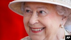 Britain's Queen Elizabeth II smiles as she awaits the arrival of the President of the United Arab Emirates Sheik Khalifa bin Zayed al-Nahyan in Windsor in England, April 30, 2013.