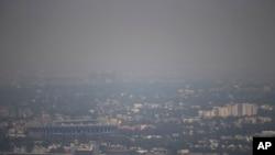 Kota Mexico City berselimut kabut tebal, Selasa (15/3).