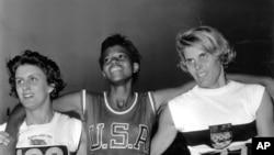 1960년 9월 5일 이탈리아 로마 올림픽 여자 육상 200m 경기 직후 미국 대표 윌마 루돌프(가운데)와 영국의 도로시 하이먼(왼쪽), 서독의 제이 하이네가 기념사진을 찍고 있다.