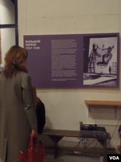 法国历史学家为展览撰写了序言。(美国之音白桦拍摄)