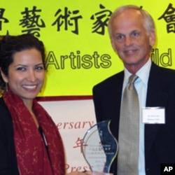 美国学者林培瑞( 右)获颁天安门精神奖