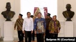 Presiden Jokowi, Ketua MPR Bambang Soesatyo dan pimpinan MPR lain membahas Amendemen UUD 45