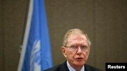 领导联合国朝鲜侵犯人权独立调查小组的前澳大利亚法官迈克•柯比对记者发表谈话