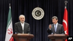 Turkey's FM Ahmet Davutoglu and his Iranian counterpart Ali Akbar Salehi (L) attend a news conference in Ankara January 19, 2012