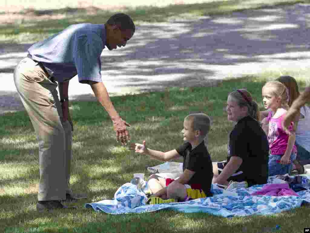 Президент США здоровается с детьми на ферме Макинтош. Айова, 13 августа 2012 г.