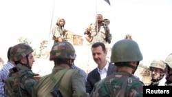 叙利亚总统阿萨德8月初在大马士革郊区与政府军士兵交谈
