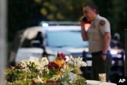 Građani ostavljaju bukete cveća blizu mesta masakra u baru u Kaliforniji.